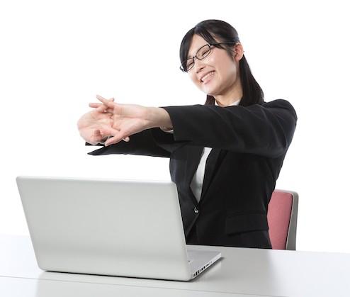 笑顔で仕事にのぞむ女性